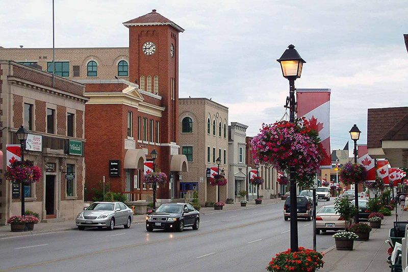 A picture of downtown Aurora, Ontario on an overcast day.